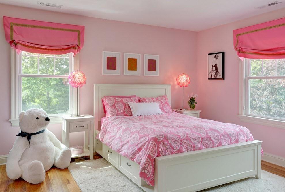 Сочетание розового покрывала с занавесками аналогичного окраса