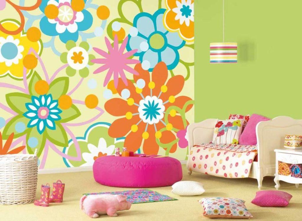 Яркие цветочные обои в детской спальне