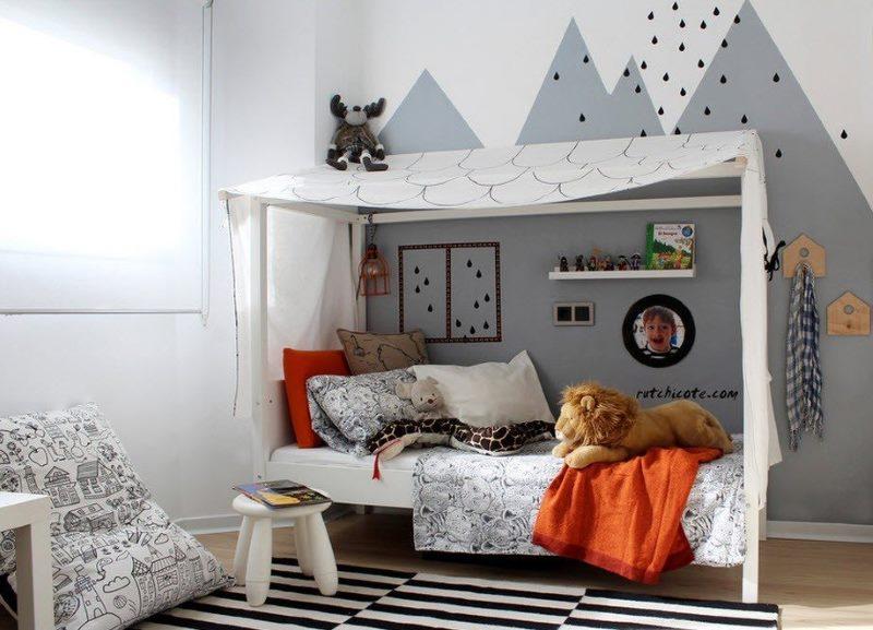 Детская кровать в форме домика с навесом