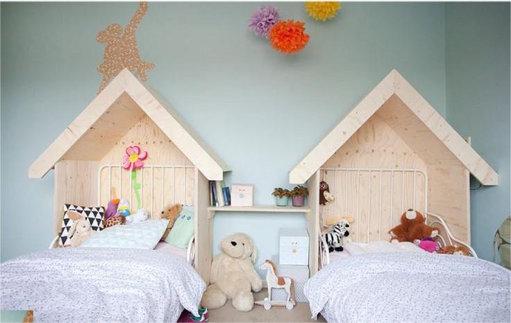 Кроватки-домики в комнате для двух маленьких детей