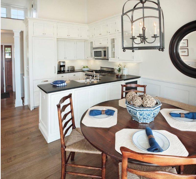 Круглый стол из дерева на кухне площадью в 9 квадратов