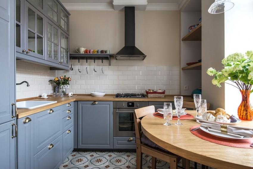 Угловая планировка кухни в 6 квадратов с отдельной обеденной зоной