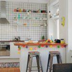 Белые кухонные полки на стене с кафельной облицовкой