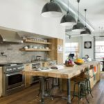 Стол из досок на кухне загородного дома