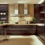 Темно-коричневая мебель на кухне загородного дома