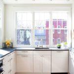 П-образная планировка кухни с тремя окнами