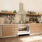 Деревянные полки по сторонам кухонной вытяжки