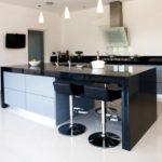 Черный цвет в интерьере просторной кухни