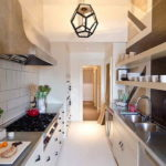 Гарнитур с узкими шкафами в вытянутой кухне
