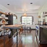 Кухня загородного дома с полками вместо шкафов