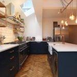 Освещение кухни с темной мебелью