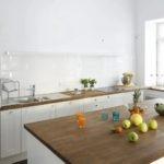 Белоснежные стены кухни без верхних шкафчиков