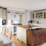 Дизайн интерьера кухни частного дома в пастельных тонах