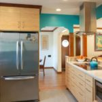 Трехкамерный холодильник на кухне загородного дома