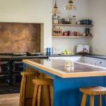 Кухня частного дома с открытыми полками