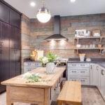 Дерево и камень в оформлении кухни