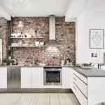 Полки для посуды на кирпичной стене
