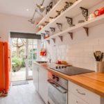 Планировка узкой кухни загородного дома