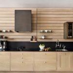 Кухонный гарнитур из дерева в современном стиле