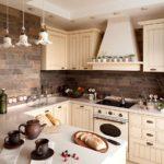 Облицовка стен кухни природным камнем