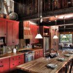 Красное дерево на кухне в деревенской стилистике