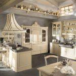 Интерьер большой кухни загородного дома