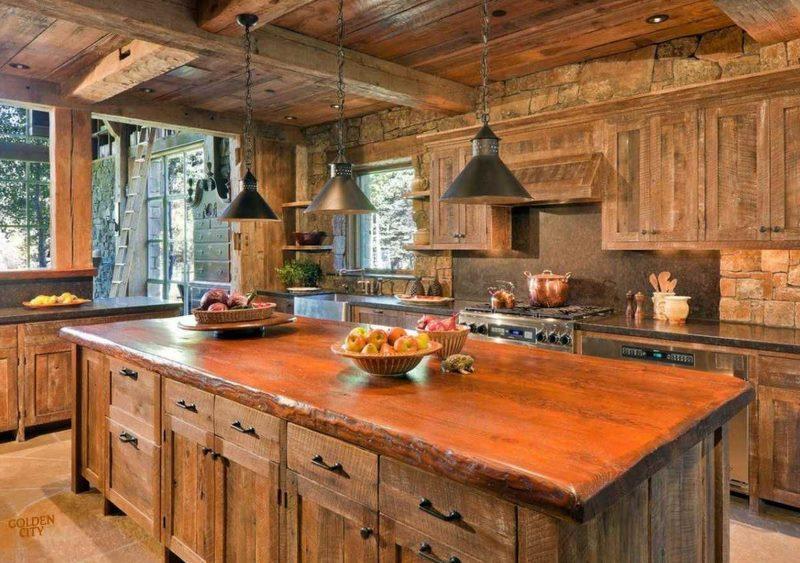 Три подвесных светильника над кухонным островом
