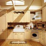 Кухня из натурального светлого дерева с красивыми декоративными элементами
