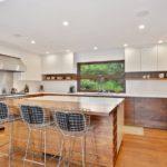 Кухня из натуральных материалов для дачного дома