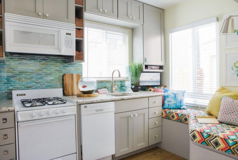 Интерьер кухни частного дома с двумя окнами