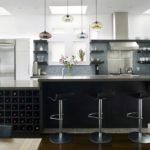 Кухня с открытыми полками и шкафчиком для хранения вина в цвете венге