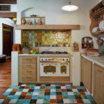 Кухня с разнообразной плиткой в интерьере в стиле кантри