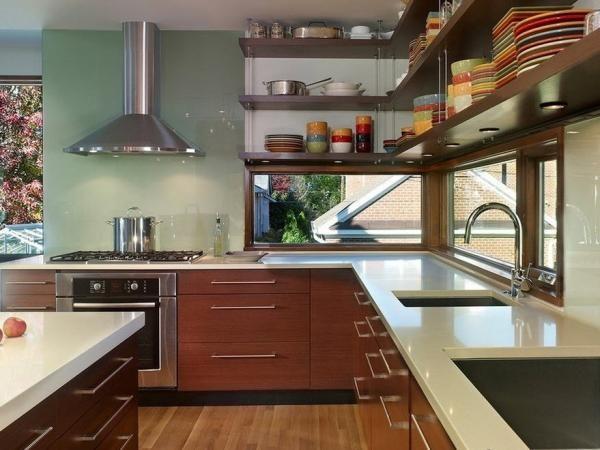 Кухня с угловыми оконными проёмами