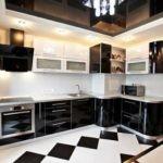 Кухня с вентиляционным коробом в углу для простой и удобной планировки