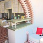 Кухня совмещенная с балконом с барной стойкой под аркой