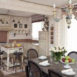 Кухня-столовая в светлых тонах в стиле кантри