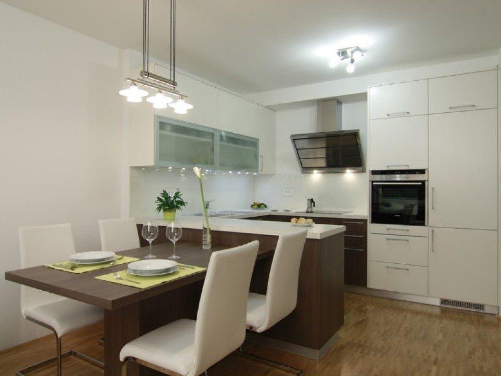 Белый интерьер небольшой кухни-студии