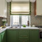 Кухня в бело-зеленых тонах с плиткой с интересным орнаментом