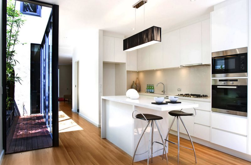 Белая кухня в частном доме в стиле минимализма