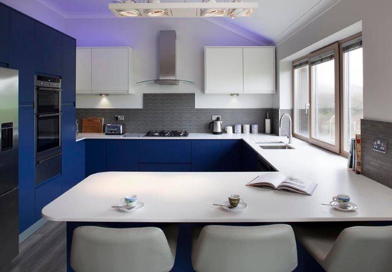 Сочетание белых и темных фасадов в кухонном гарнитуре