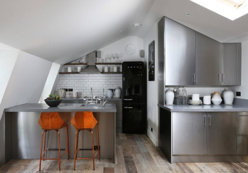 Интерьер кухни в мансардном помещении загородного дома