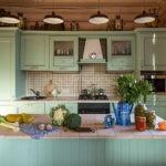 Кухня в стиле кантри в деревянном домике