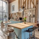 Кухня в стиле лофт в доме из дерева