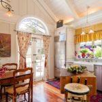 Кухня в стиле прованс с большим количеством декора в интерьере