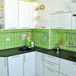 Кухонный гарнитур прикрывает короб для вентиляции