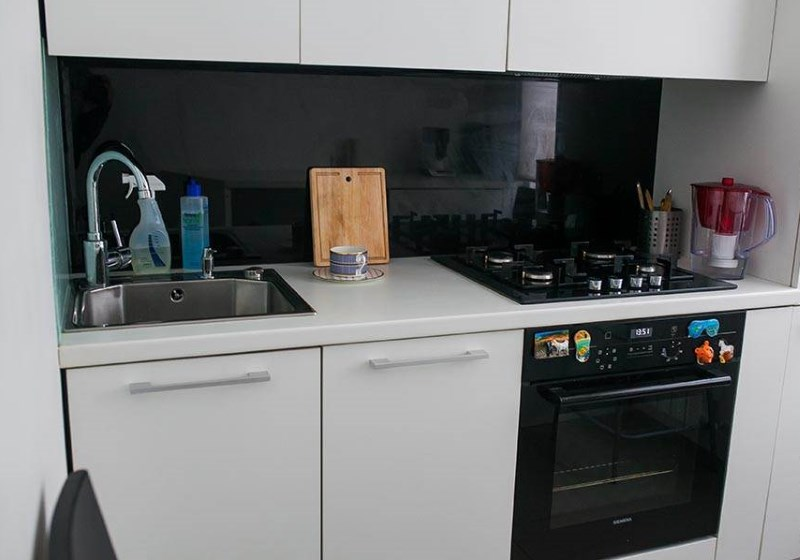 Встроенная газовая духовка черного цвета на кухне в 6 кв м