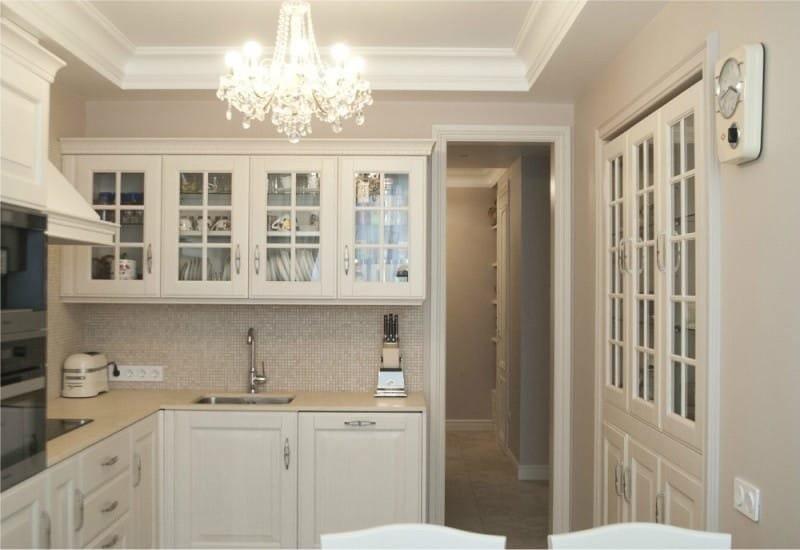 Хрустальная люстра на кухне в стиле классики