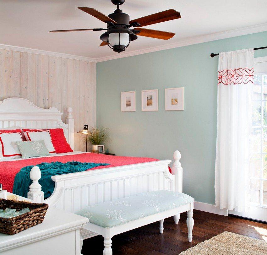 Люстра в вентилятором в спальне частного дома