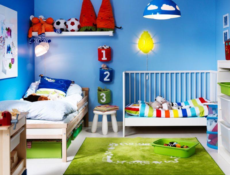 Две разные кроватки в детской с синими стенами