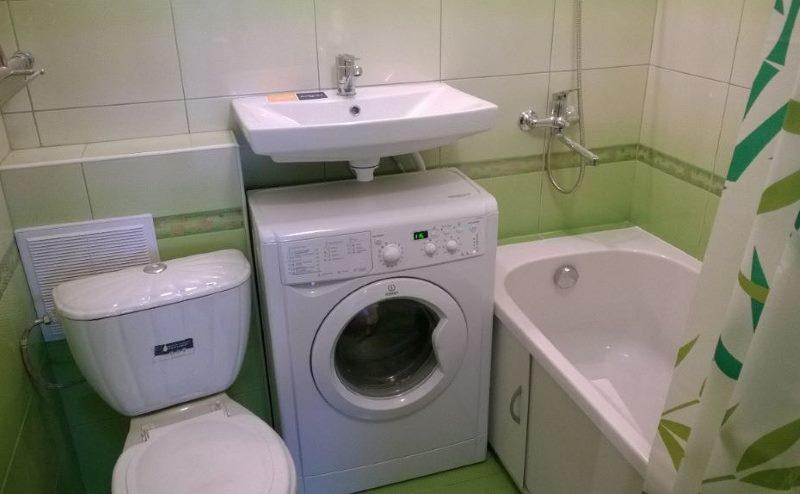 Место для стиральной машинки в малогабаритной ванной